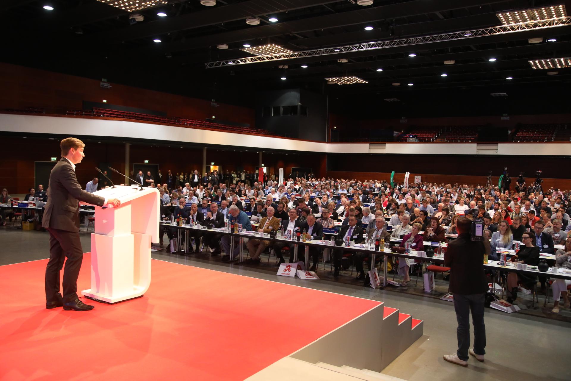 Sebastian Hartmann hält eine Rede vor den Delegierten