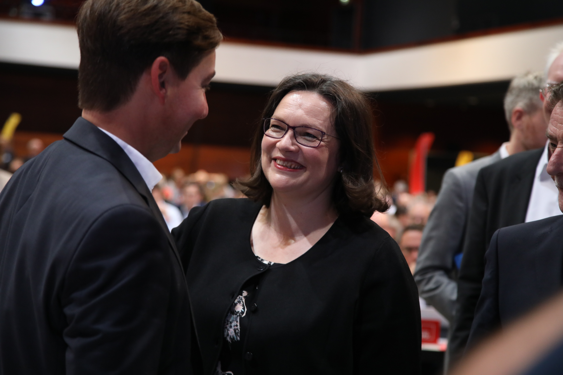 Andrea Nahles lächelt Sebastian Hartmann an