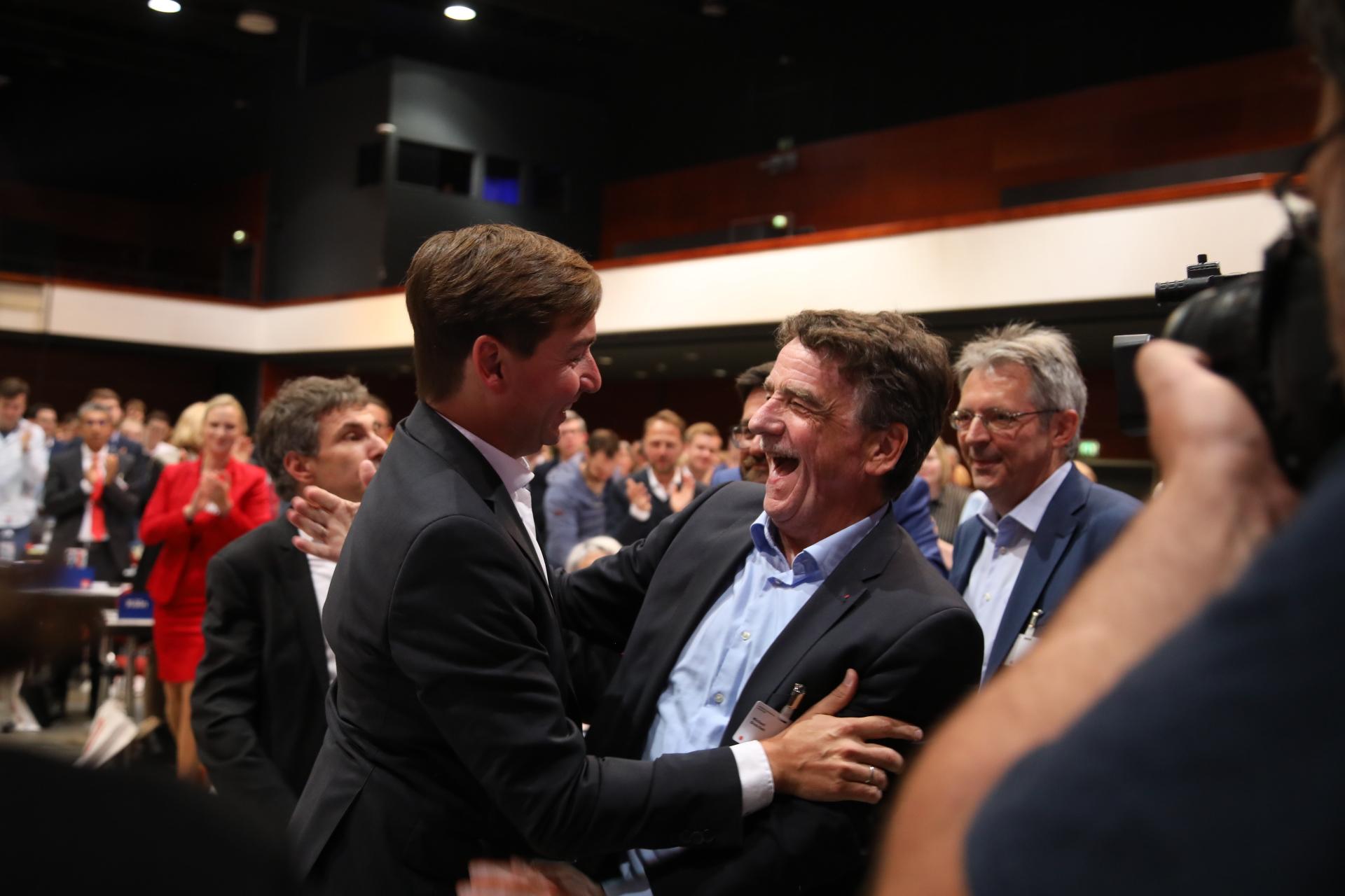 Sebastian Hartmann lachend mit Michael Groschek