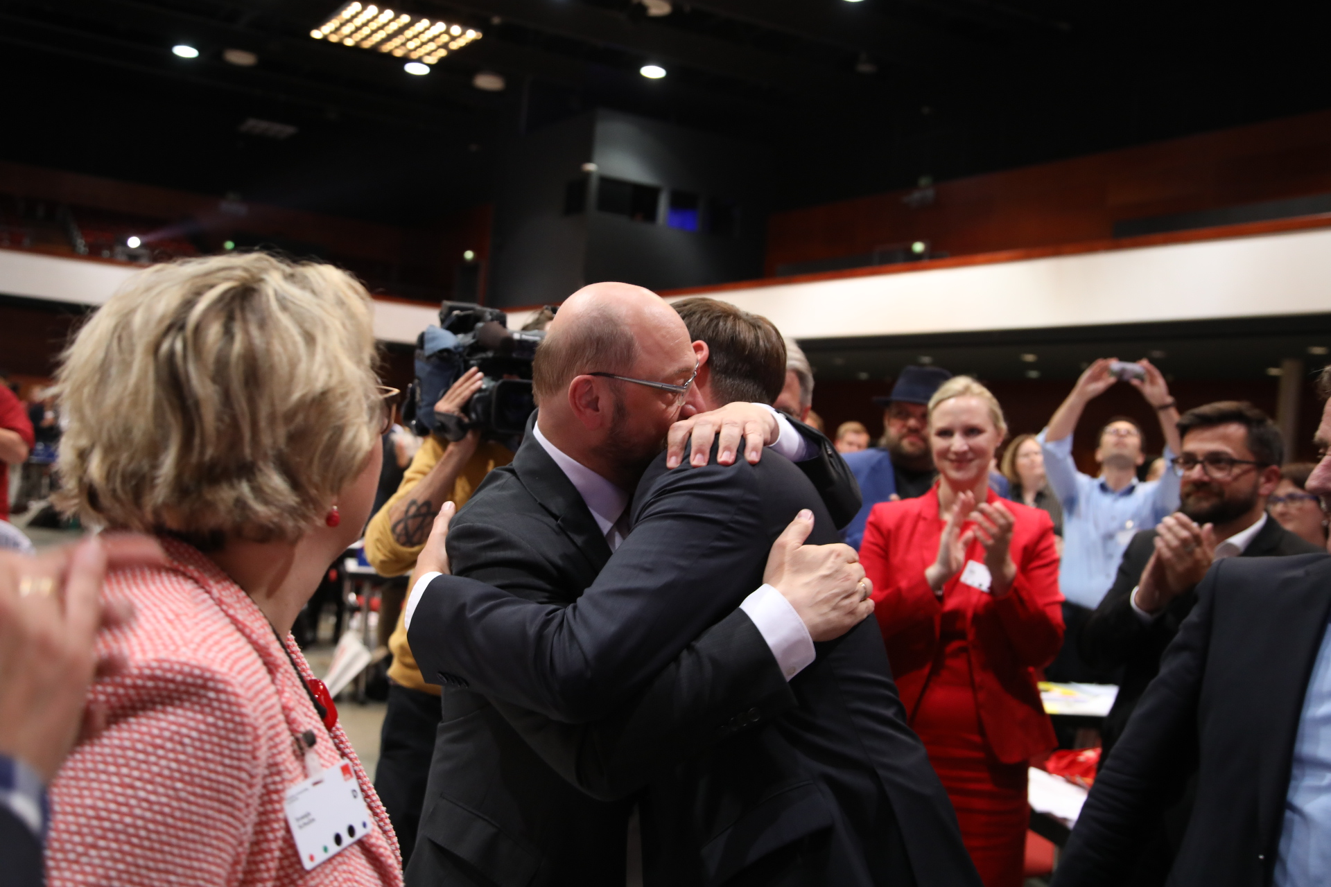 Martin Schulz umarmt jemanden