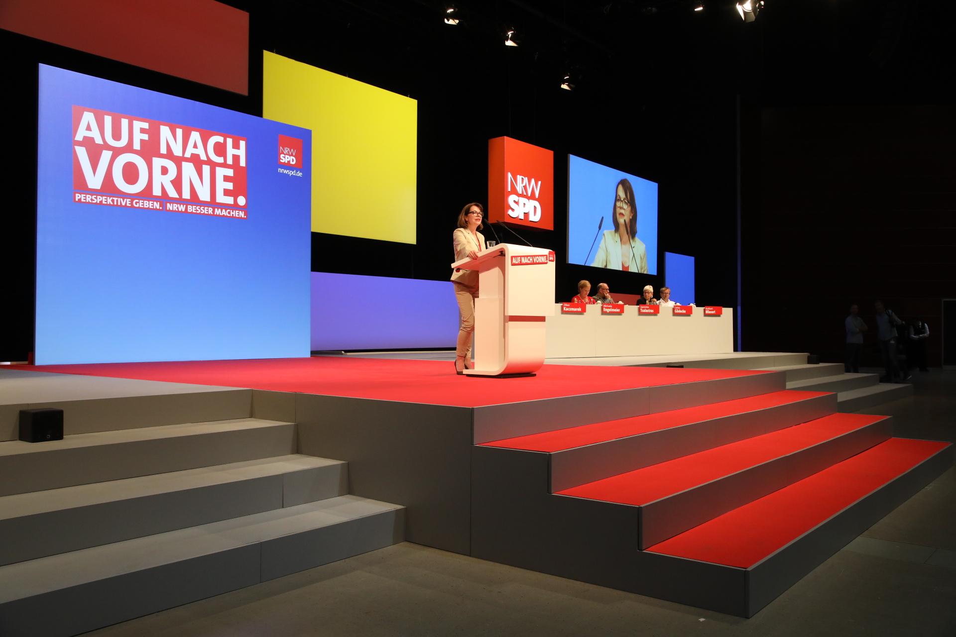 Nadja Lüders hält eine Rede