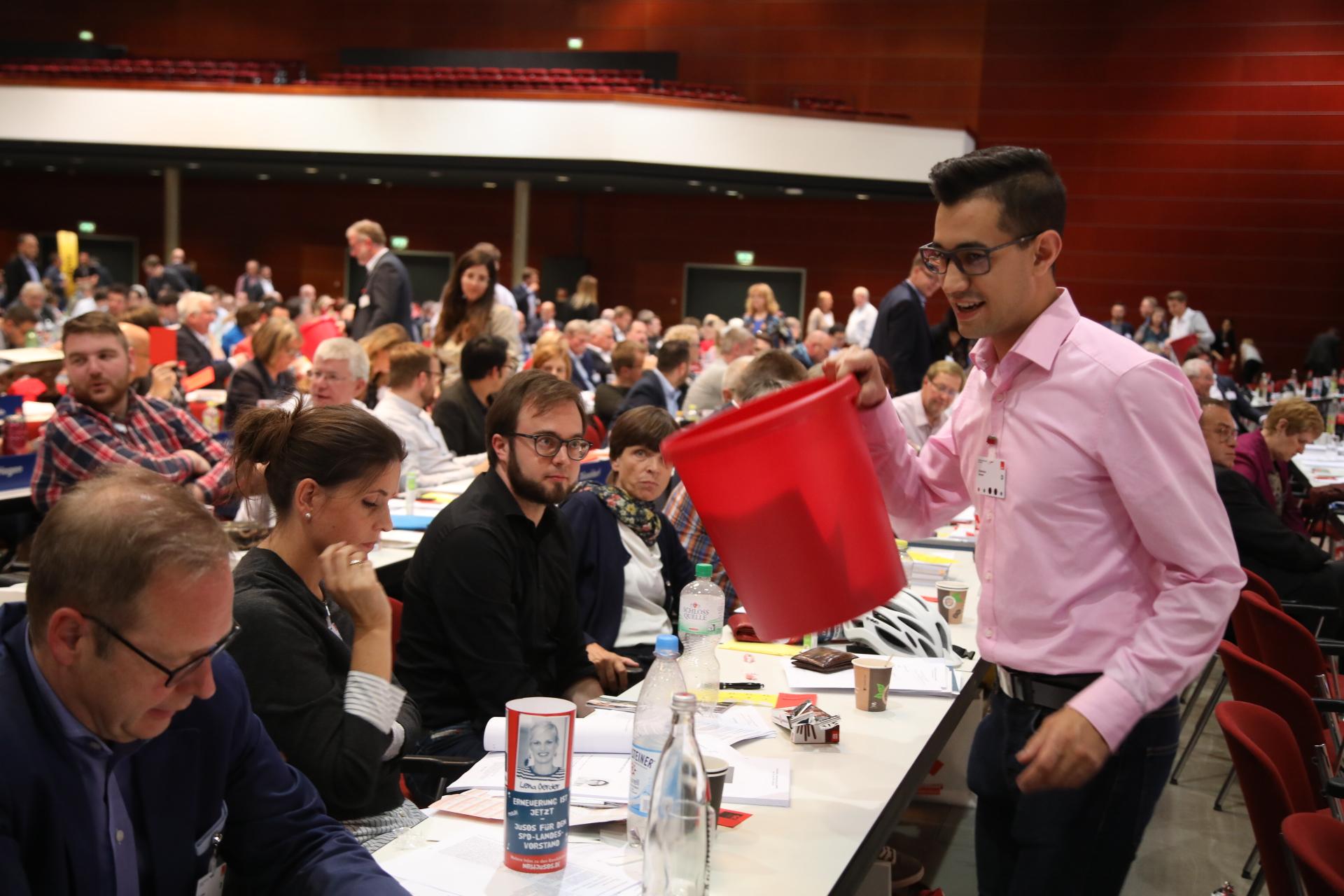 Delegierte bei der Wahlzettelabgabe