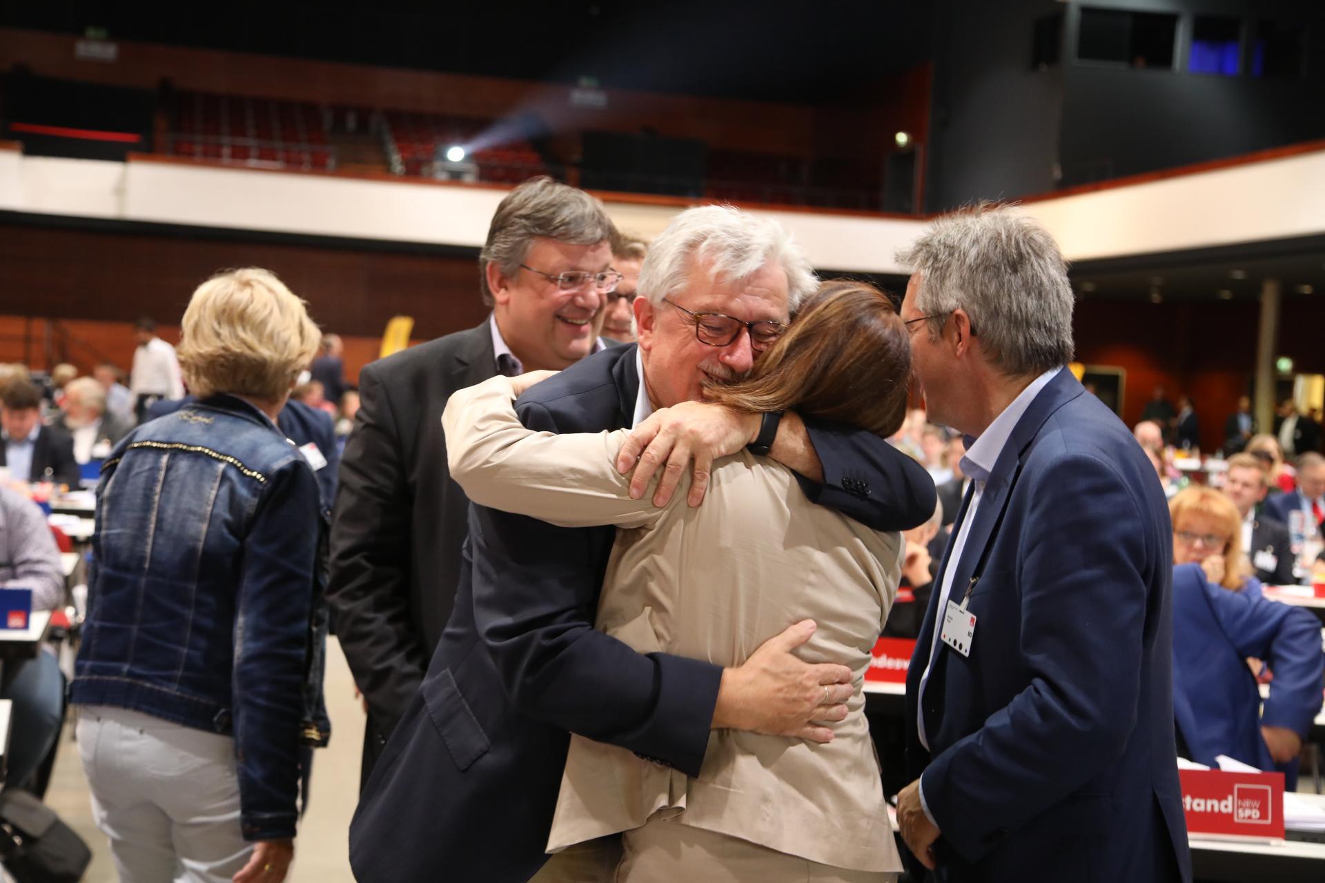 Delegierte umarmen sich