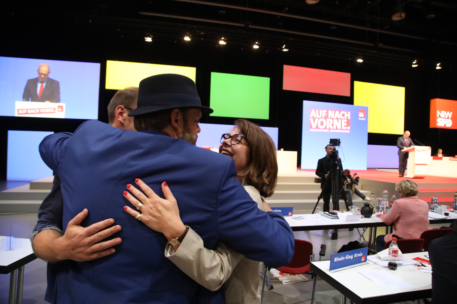 Nadja Lüders und Veith Lemmen umarmen sich