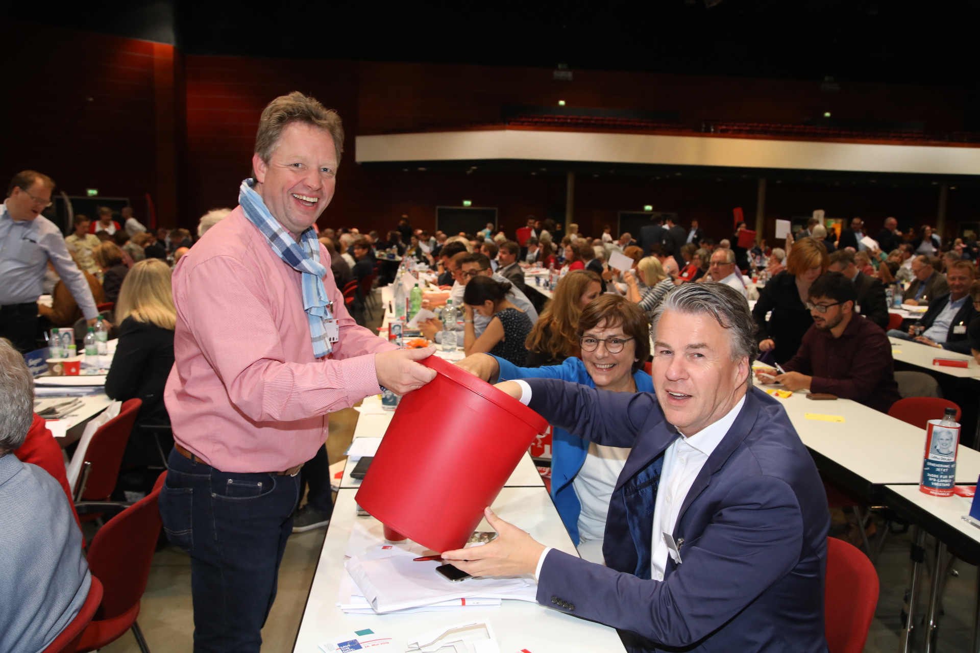Ein Delegierter gibt seinen Wahlzettel in einen Eimer