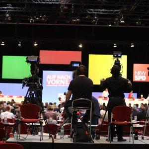 Kameramänner filmen die Bühne des Landesparteitages