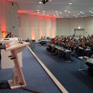 Sebastian Hartmann hält eine Rede