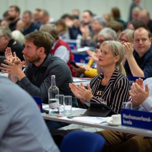 Teilnehmer aus dem Hochsauerlandkreis applaudieren