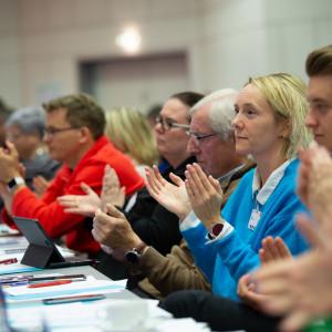 Teilnehmer applaudieren