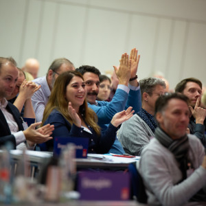 Teilnehmer bei der Veranstaltung applaudieren