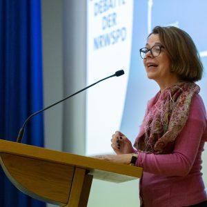 Nadja Lüders bei ihrer Rede bei der FunktionärInnenkonferenz in Essen
