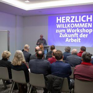 Ein Mann leitet einen Workshop zur Zukunft der Arbeit