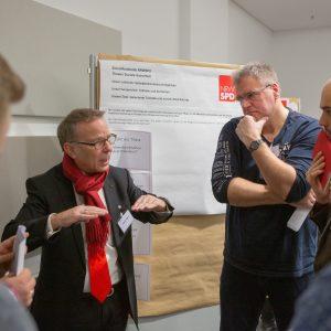 Teilnehmer der Funktionärinnenkonferenz in Essen im Gespräch