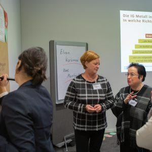 Teilnehmerinnen der Funktionärinnenkonferenz in Essen beschriften Plakate