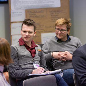 Teilnehmer und eine Teilnehmerin der Funktionärinnenkonferenz in Essen im Gespräch