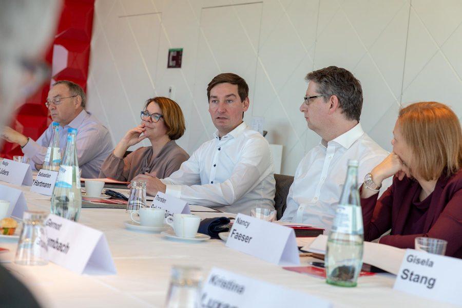 Norbert Walter-Borjans, Nadja Lüders, Sebastian Hartmann, Thorsten Schäfer-Gümbel und Mami Faeser sitzen an einem Tisch