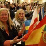 Zwei Teilnehmerinnen beim Politischen Aschermittwoch mit Flaggen anderer EU-Staaten