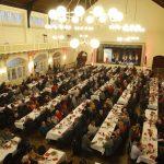 Teilnehmer sitzen an Tischen am politischen Aschermittwoch 2019 in Schwerte