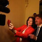 Katharina Barley macht Selfies mit Teilnehmern des politischen Aschermittwochs 2019