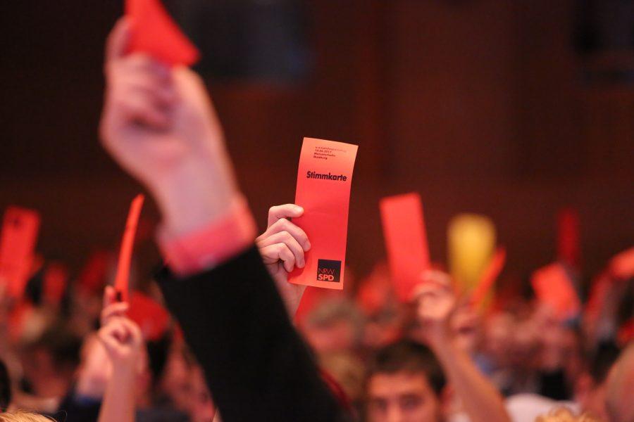 Delegierte der NRWSPD heben ihren Stimmzettel beim außerordentlichen Landesparteitag 2019 in Bochum