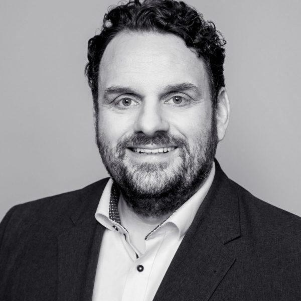 Porträtfoto von Guido van den Berg in schwarz-weiß