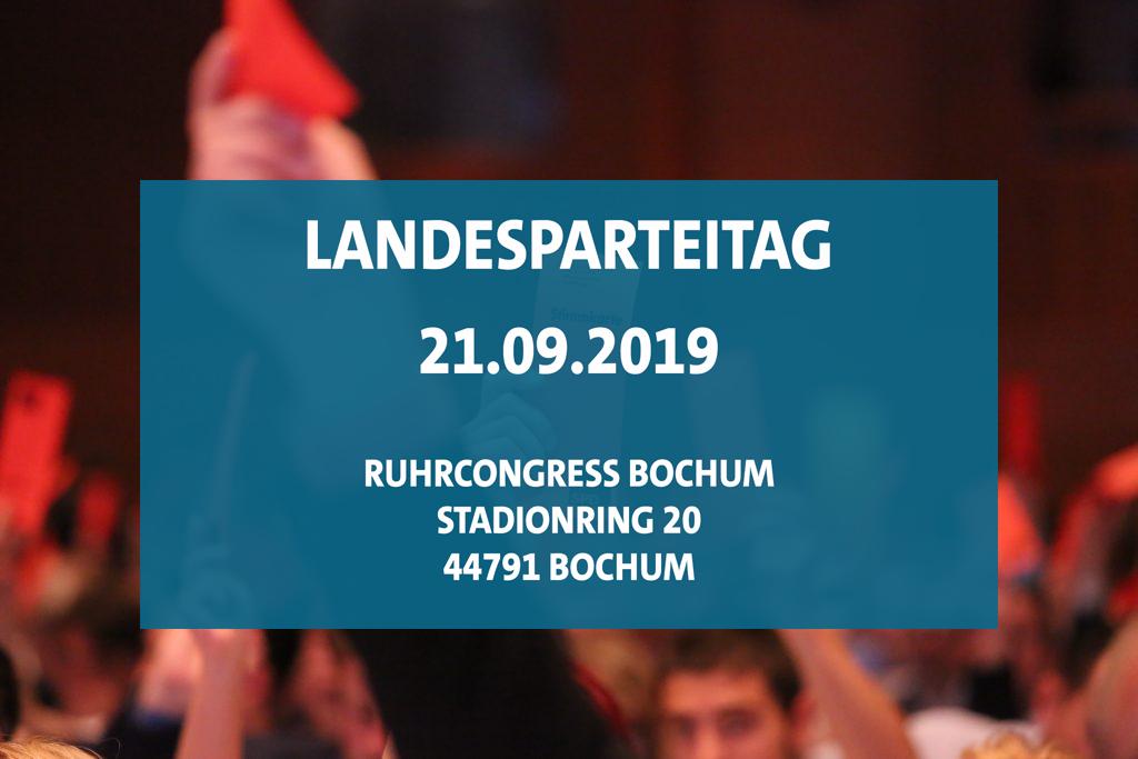 """Digitales Banner. Weiße Schrift auf blauem Grund. """"Landesparteitag 21.09.2019 Ruhrcongress Bochum Stadionring 20 44791 Bochum"""