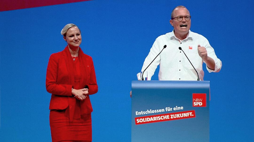 Dörte Schall und Jochen Ott stellen auf dem außerordentlichen Landesparteitag 2019 in Bochum ihren Leitantrag Bildung vor