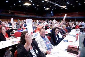 Delegierte auf dem außerordentlichen Landesparteitag 2019 in Bochum heben ihre Stimmkarten