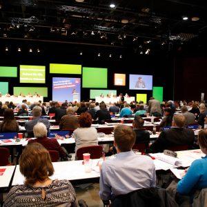 Teilnehmer des außerordentlichen Landesparteitages 2019 in Bochum folgen einer Rede