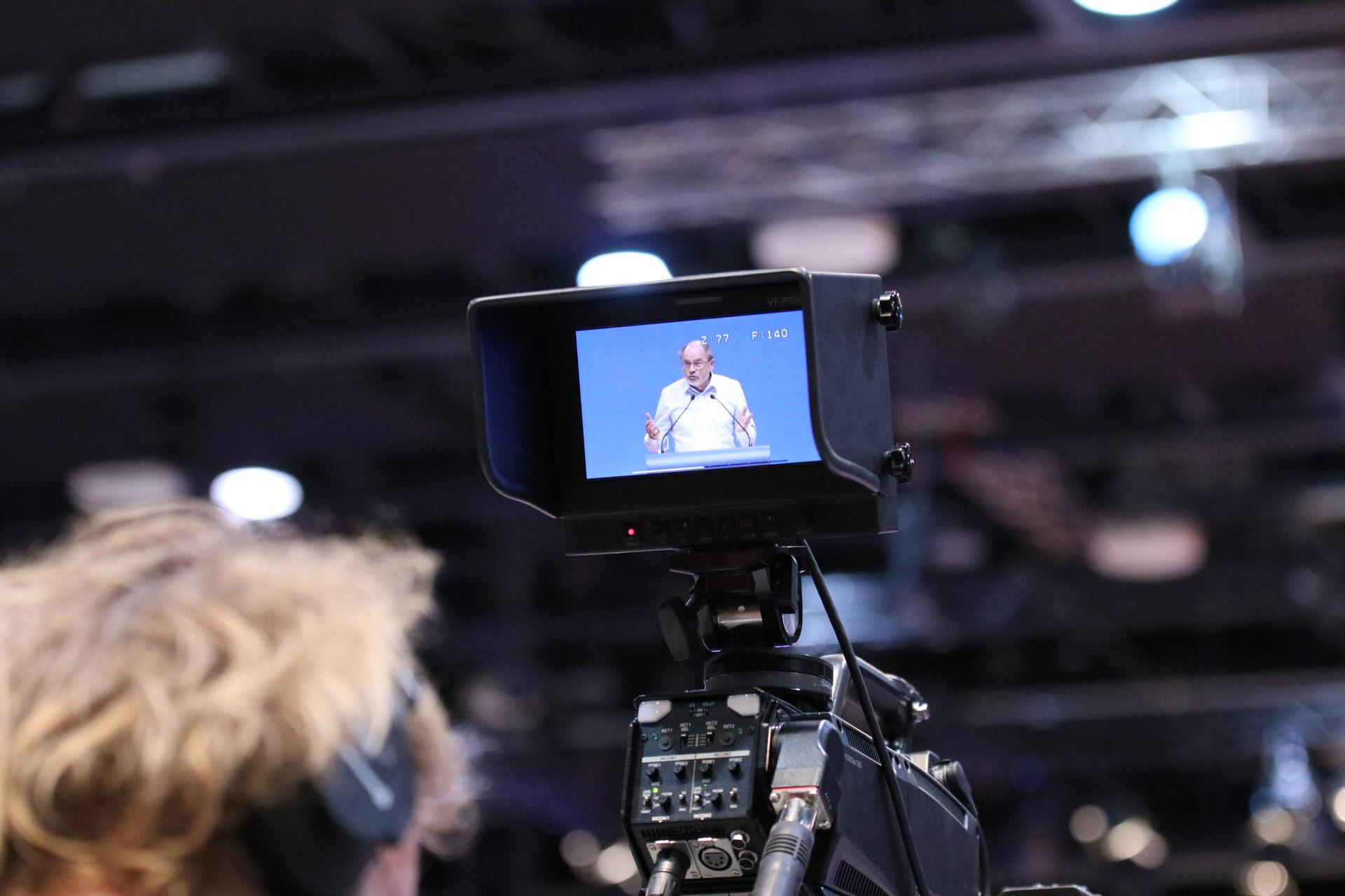 Tontechniker vor einer Filmkamera auf dem außerordentlichen Landesparteitag 2019 in Bochum