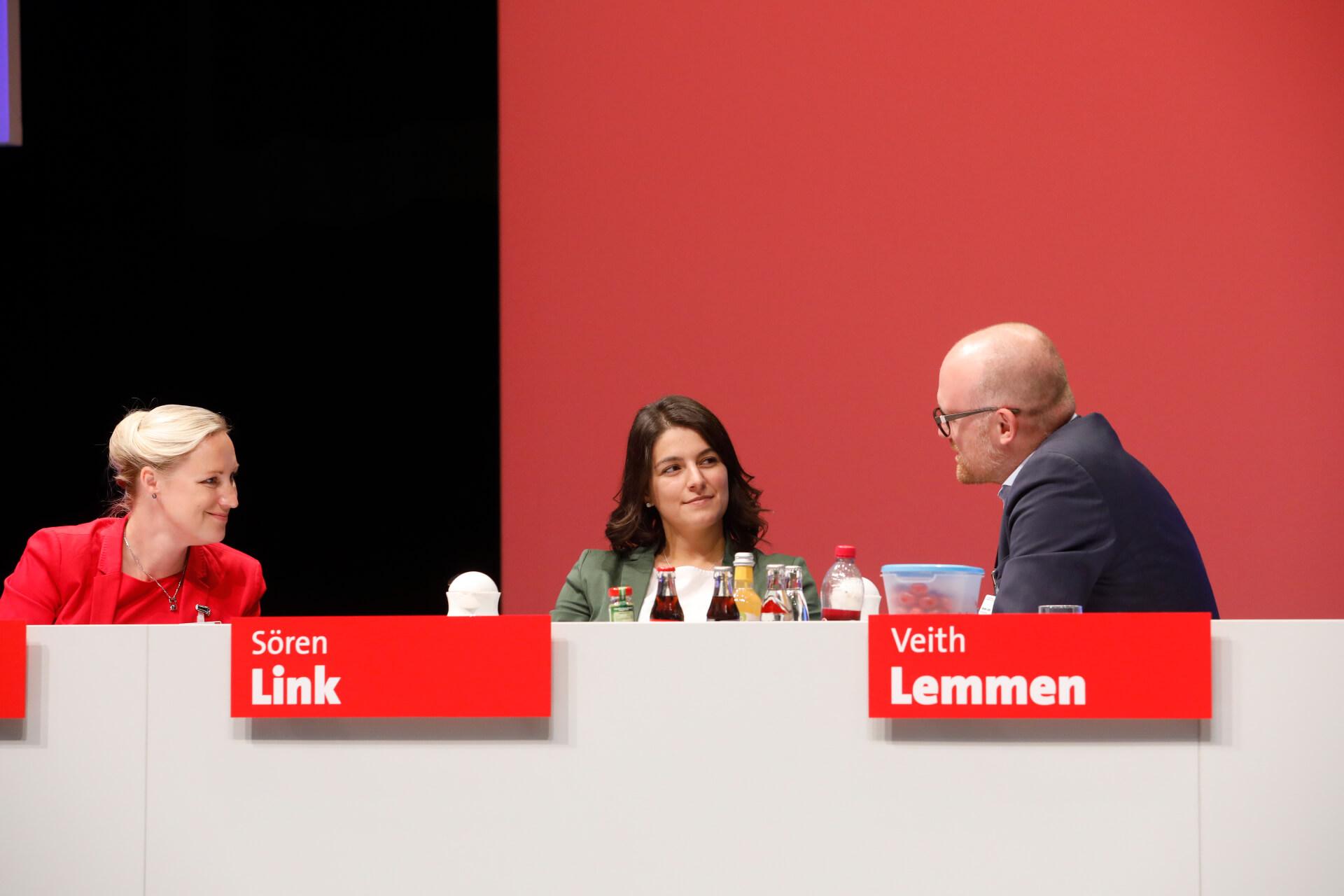 Dörte Schall, Elvan Korkmaz und Sören Link im Gespräch auf dem außerordentlichen Landesparteitag 2019 in Bochum