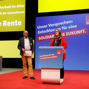 """Kerstin Griese und Rainer Schmeltzer stellen den Leitantrag """"Soziale Sicherheit im Alter"""" auf dem außerordentlichen Landesparteitag 2019 in Bochum vor"""