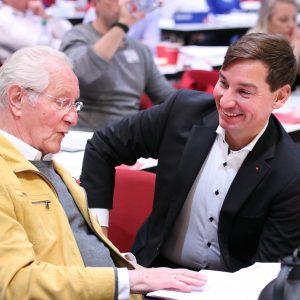 Sebastian Hartmann im Gespräch mit Delegierten beim außerordentlichen Landesparteitag 2019 in Bochum