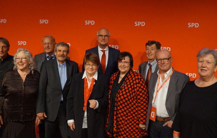 """Gruppenbild der Arbeitsgemeinschaft SPD 60 plus bei der ordentlichen Bundespressekonferenz """"Wir leben Demokratie"""""""